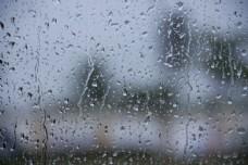 雨天玻璃上的水珠图片