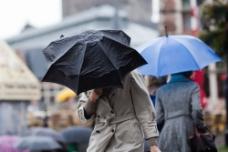 撑伞行走的美女图片
