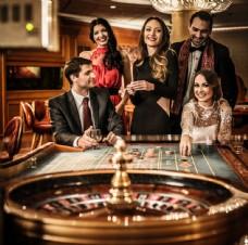 赌场里的男女图片