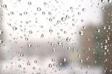 下雨天玻璃上的水珠图片