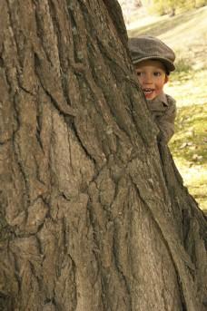 躲在大树旁的儿童图片