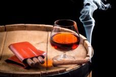 雪茄与洋酒图片