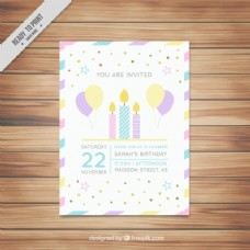 漂亮的生日卡片上有蜡烛和气球