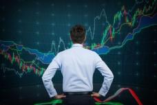 看股票走势图的商务男士图片