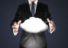 商务人士双手中的云朵图片