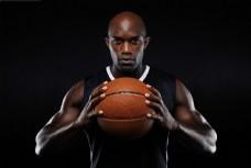 握着篮球的运动员图片