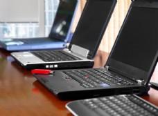 一排笔记本电脑和优盘图片