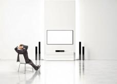 椅子上对着电视背景墙的商务人图片