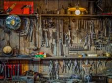 墙壁上的施工工具图片