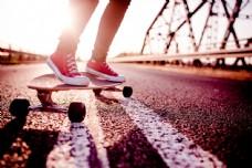 在道路上玩滑板的女孩图片