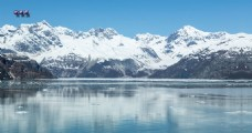 雪山下平静的湖泊流水视频背景