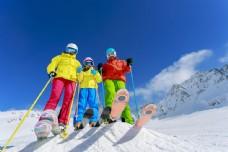 滑雪的一家人图片
