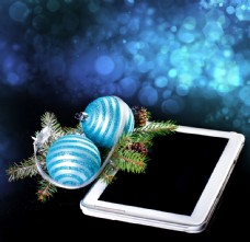 圣诞球与平板电脑图片