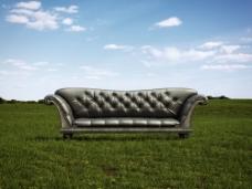 草坪上的沙发图片