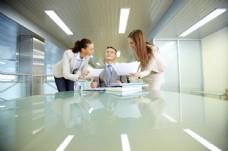 征询老板意见的两位女白领图片