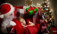 给小女孩发礼物的圣诞老人图片