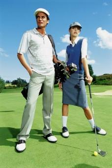 高尔夫球场上的外国男女图片