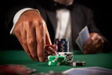 正在赌博下注的男人图片