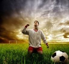跪在球场上的球员图片
