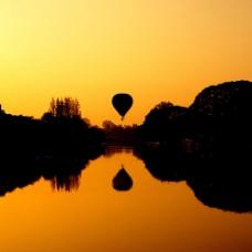 黄昏风景与热气球图片