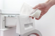 正在给洗衣机加洗衣粉图片
