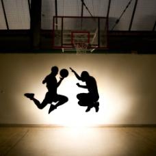 打篮球的篮球运动员图片