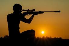 瞄准射击的猎人图片