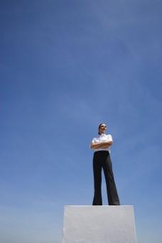 站在高处自信的女人图片
