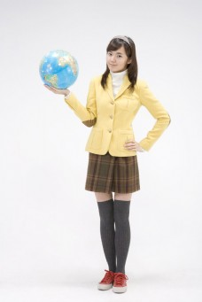 捧着地球仪的可爱女生图片
