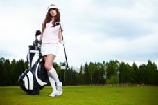 打高尔夫球的美女图片
