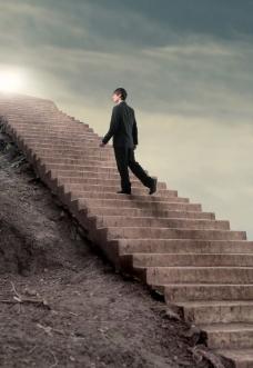爬阶梯的商务男士图片