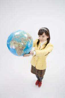 双手捧着地球仪的可爱女生图片