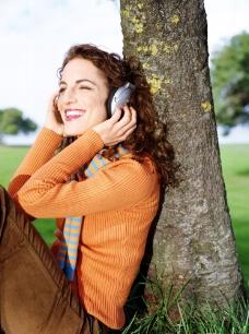 在树下听音乐的女人图片