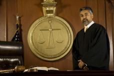 法庭上的法官图片