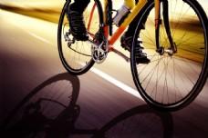 马路骑单车的单车男人图片