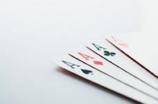 桌上四张不同纸牌图片