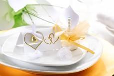 白色盘子上的礼物和贺卡图片