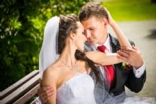 亲密甜蜜的婚礼新人图片