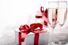 圣诞礼物与酒杯图片