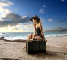 海边坐在箱子的美女图片
