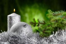 银色圣诞球与蜡烛图片