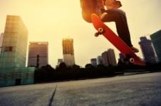 跳跃玩滑板的帅哥图片