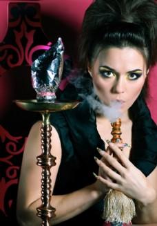 正在抽烟的美女图片