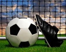 立在足球上的球鞋图片