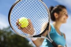 拿着网球球拍的女人图片
