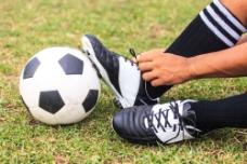 男人与足球图片