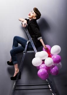 潮流女性与气球图片