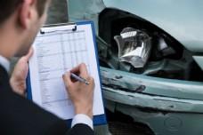 记载车祸现场的职业男士图片