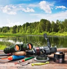木板上的钓鱼工具图片