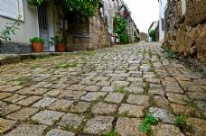 天空下村子里的窄路